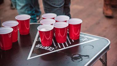 Dieses Foto zeigt das Titelbild des Artikels Die besten Trinkspiele für lustige Abende